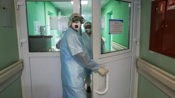 Врачи в инфекционном отделении Мурманской областной больницы