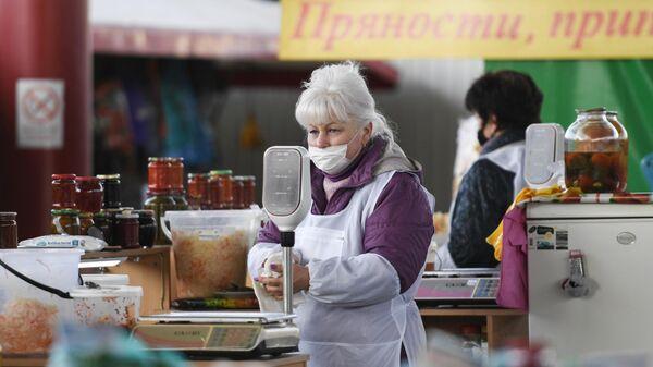 Продавщица в медицинской маске на центральном рынке Симферополя