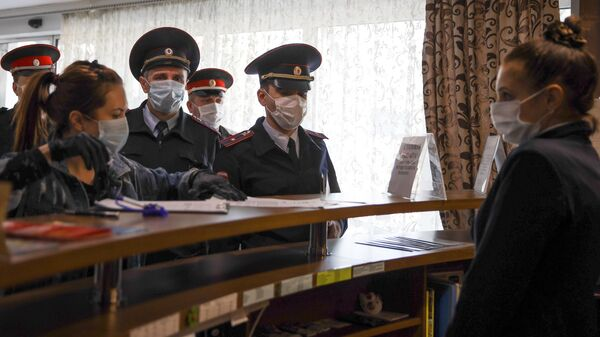 Сотрудники полиции и представители казачества в пансионате Радуга во время проверк гостиниц и пансионатов в Геленджике