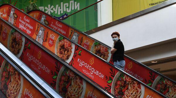 Девушка в торговом центре Аура в Новосибирске
