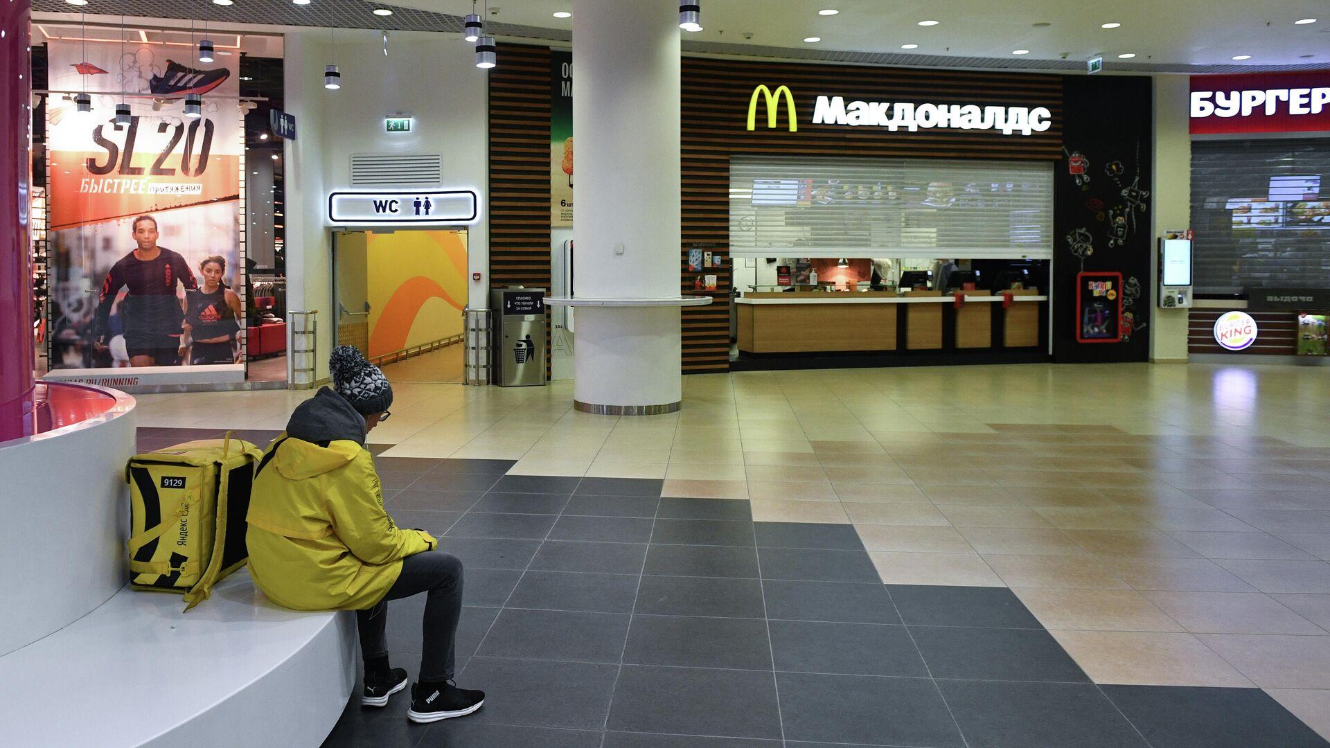 Закрытый фуд-корт в торговом центре Галерея Новосибирск - РИА Новости, 1920, 24.08.2020