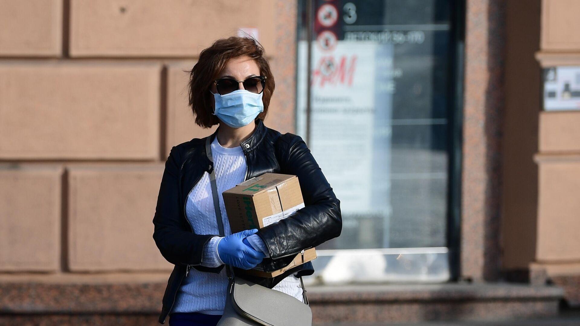 Девушка в медицинской маске и перчатках на улице Москвы - РИА Новости, 1920, 10.02.2021