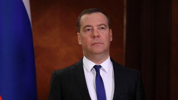 Медведев пошутил про предложение не строить в России космические корабли