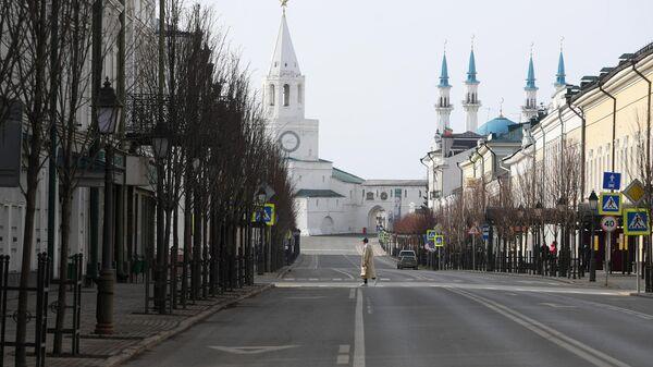 Пешеход на улице Кремлевская в Казани