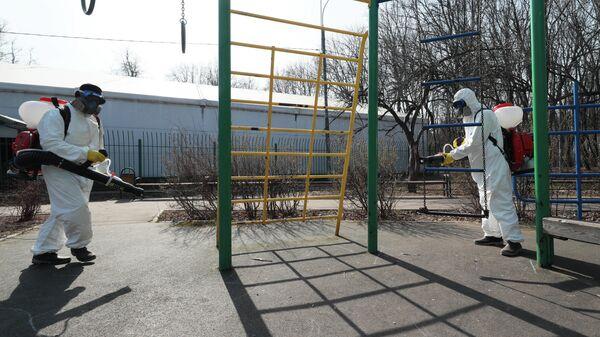 Сотрудники ГБУ Жилищник района Вешняки проводят дезинфекцию парковой территории от коронавирусной инфекции средством Ниопикс в Москве