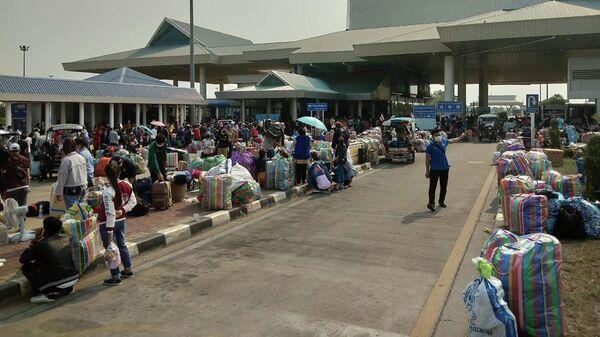 Люди на границе Таиланда с Лаосом