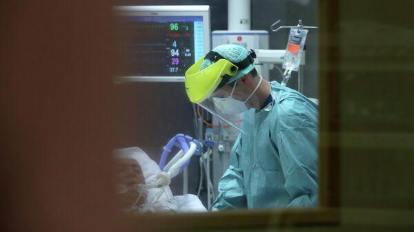 Пациент и медик в отделении интенсивной терапии в больнице Erasme в Брюсселе
