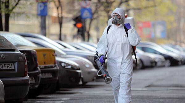 Муниципальные работники во время дезинфекции улиц в Бухаресте, Румыния