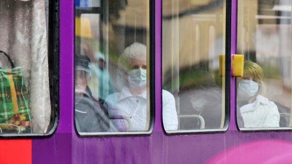Пассажиры в защитных масках в вагоне трамвая в Пятигорске