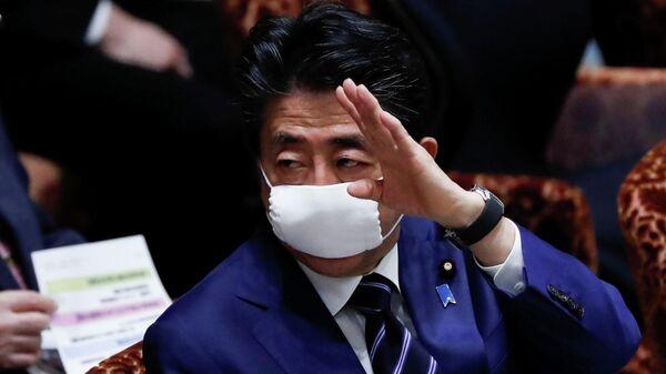 Премьер-министр Японии Синдзо Абэ в защитной маске на парламентской сессии в Токио, Япония