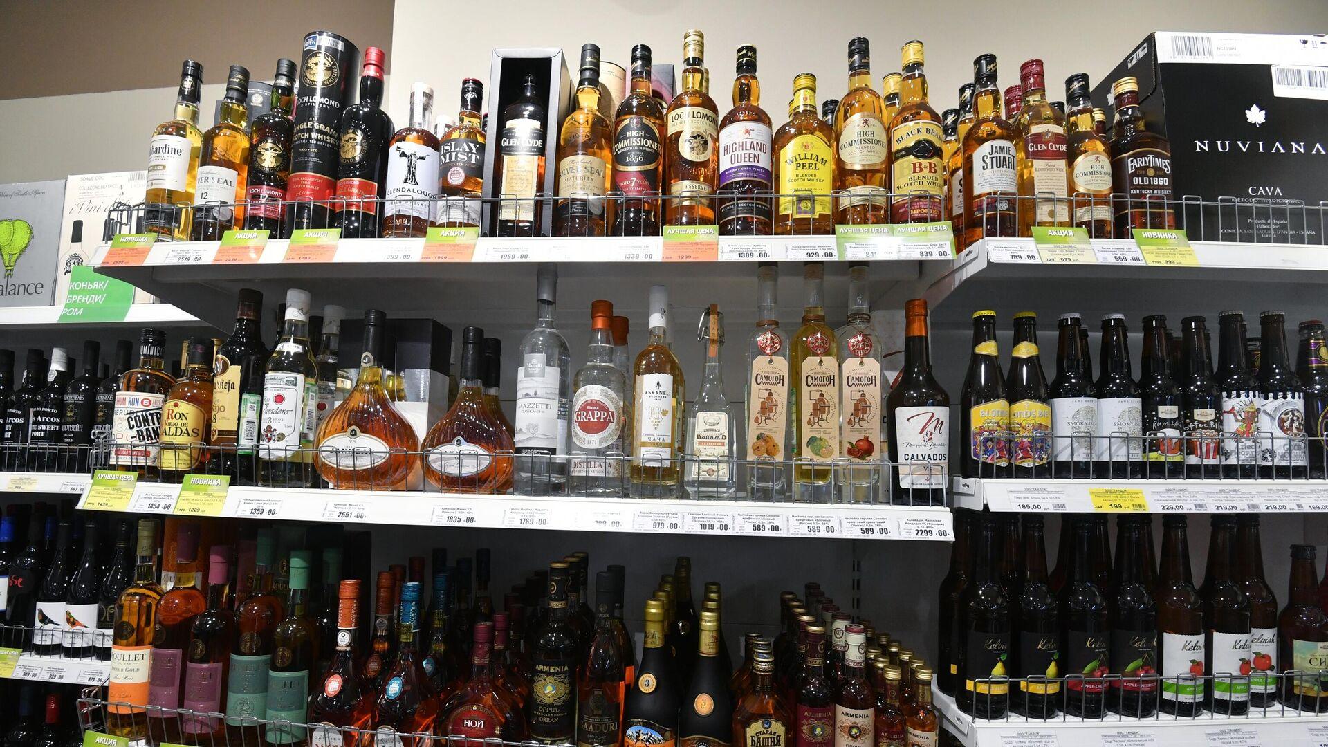 Полки с алкогольной продукцией в одном из магазинов в Москве - РИА Новости, 1920, 13.11.2020