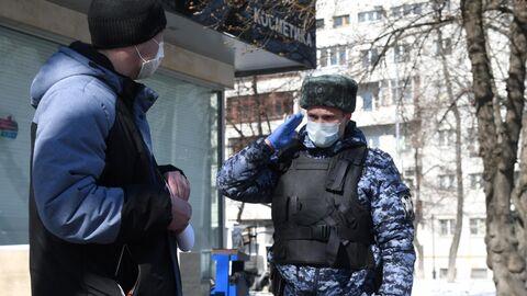 Сотрудник Росгвардии во время раздачи горожанам памяток по профилактике коронавирусной инфекции на одной из улиц в Москве