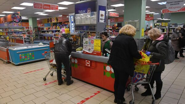 Разметка для соблюдения дистанции в одном из магазинов в Москве