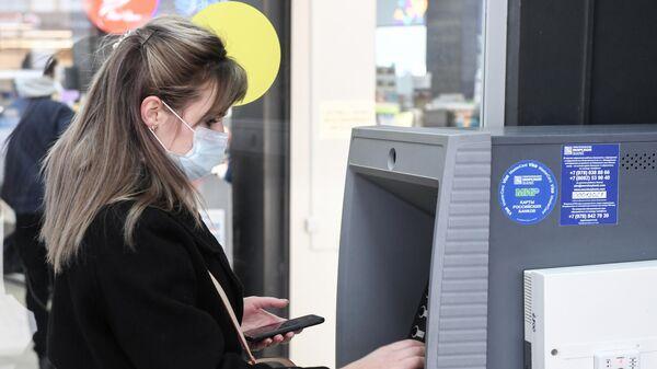 Девушка пользуется банкоматом в Симферополе