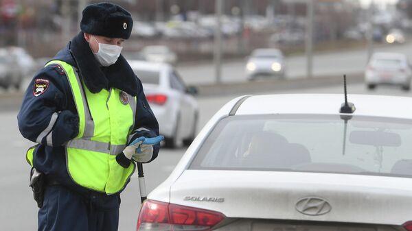 Сотрудник полиции в защитной маске