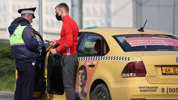 Сотрудник ДПС во время проверки соблюдения режима самоизоляции в Краснодар