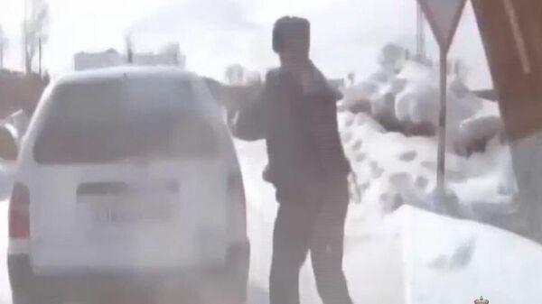 В Иркутской области инспектор ДПС бегом догнал машину нарушителя