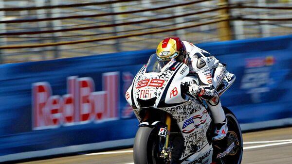 Мотогонщик на одном из гоночных этапов серии MotoGP