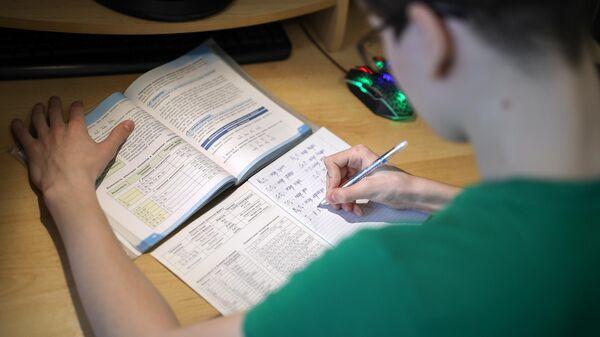 Школьник во время дистанционного обучения дома