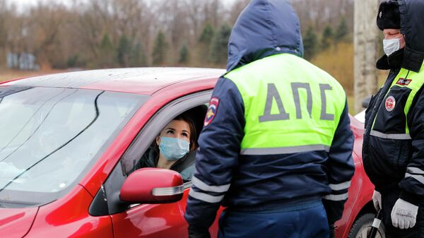 Сотрудники полиции беседуют с девушкой водителем на посту ДПС на въезде в город Калининград на Московском проспекте