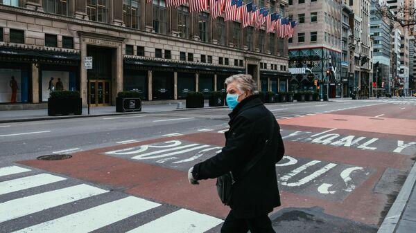 Мужчина в медицинской повязке на улице Нью-Йорка