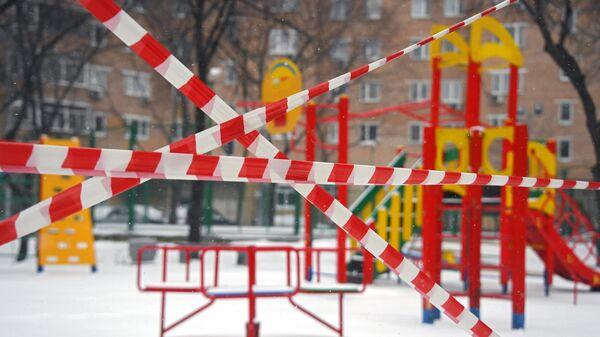 Во дворах закрыли детские площадки в связи с распространием коронавируса