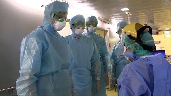 Врачи готовятся к приему пациентов в полевом госпитале в Бергамо