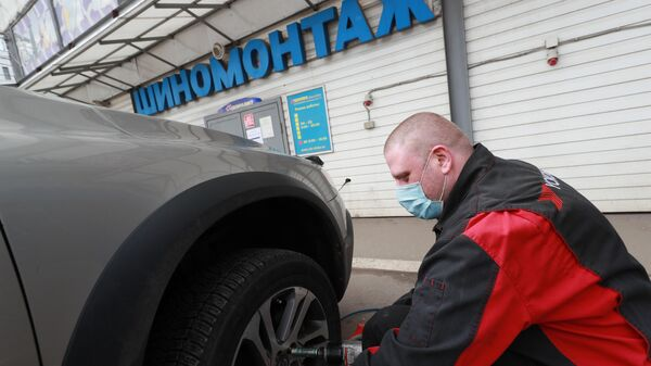 Работник шиномонтажа на Волоколамском шоссе в Москве