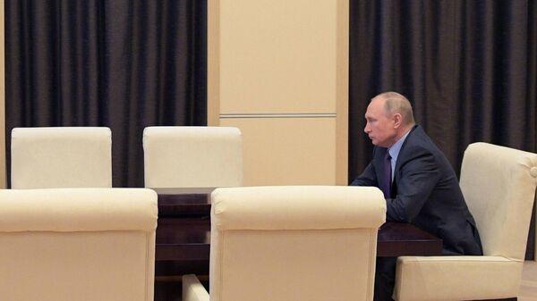 Президент РФ Владимир Путин проводит оперативное совещание с постоянными членами Совета безопасности РФ