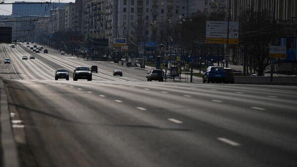 Автомобильное движение на Кутузовском проспекте в Москве