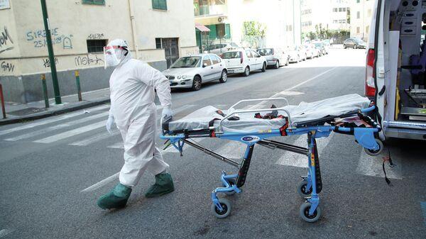 Медики в защитных костюмах в Неаполе, Италия