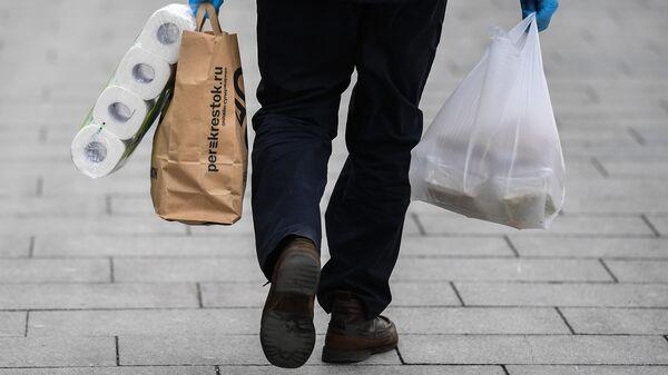 Мужчина с покупками на улице в Москве