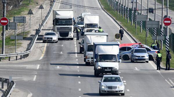 Сотрудники дорожно-патрульной службы проверяют автомобили на посту при въезде в город Ростов-на-Дону
