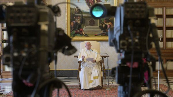 Папа римский Франциск ведет трансляцию в Ватикане