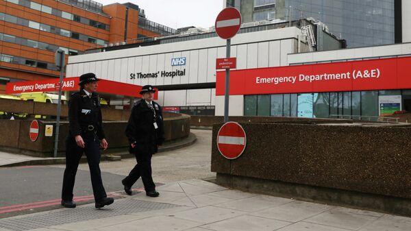 Полицейские возле больницы Святого Томаса в Лондоне