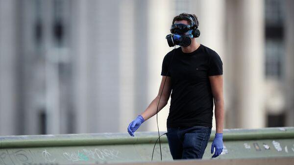 Мужчина в защитной маске в Лондоне