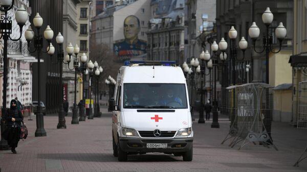 Автомобиль скорой помощи на улице Арбат в Москве