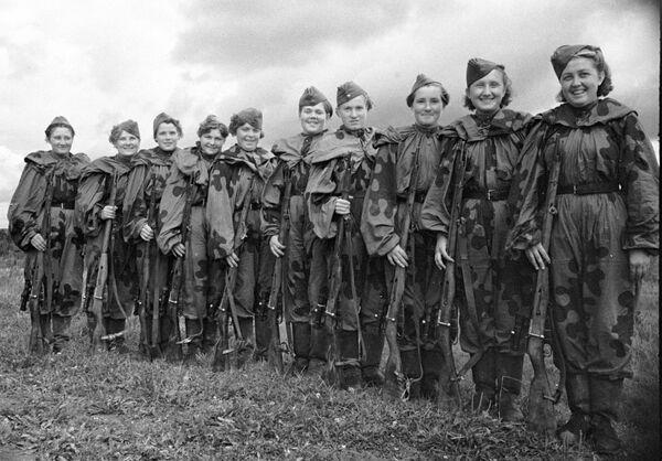 Группа девушек-снайперов, добровольцев Красной Армии. 2-ой Прибалтийский фронт