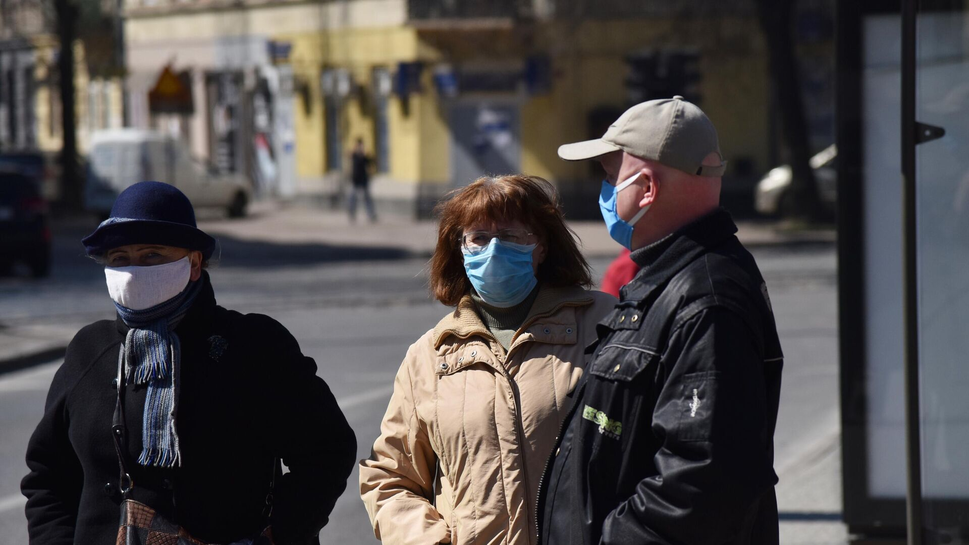 Прохожие в защитных масках на улице во Львове - РИА Новости, 1920, 06.06.2021