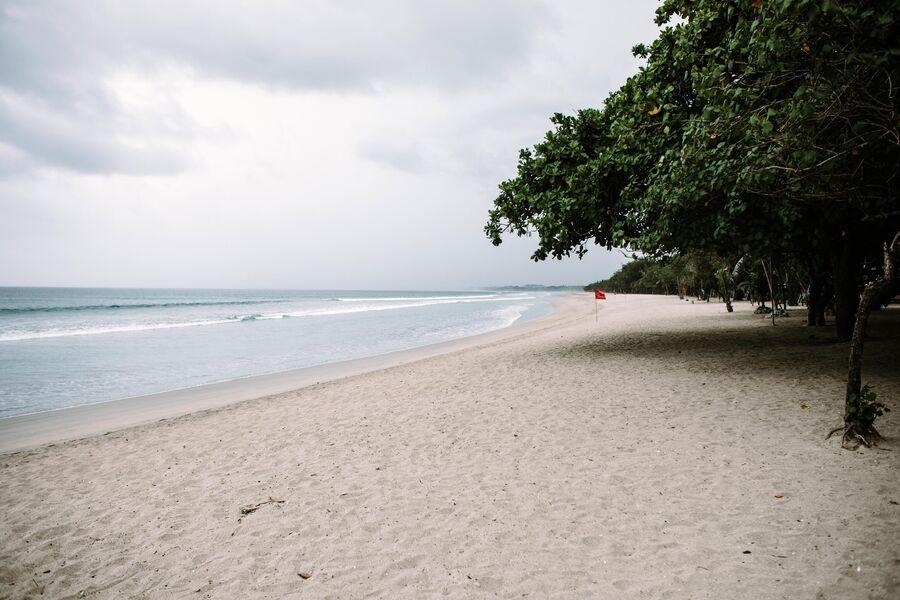 Пустой пляж в Куте на острове Бали в Индонезии