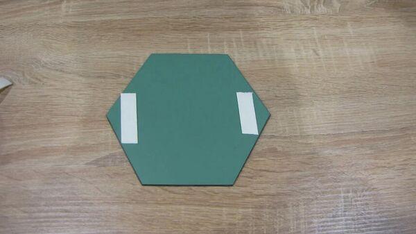 Монтаж клейкой ленты на панно