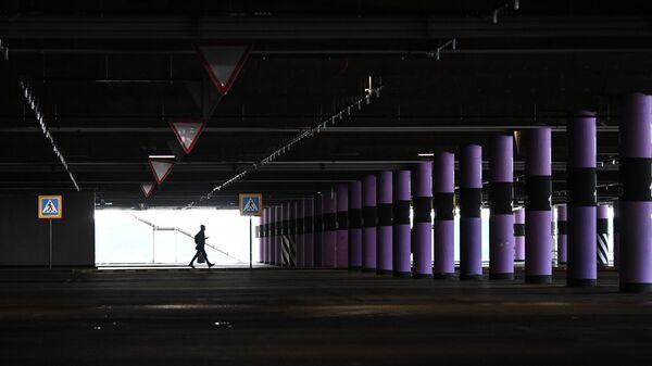 Пустая парковка торгового центра Мега Новосибирск
