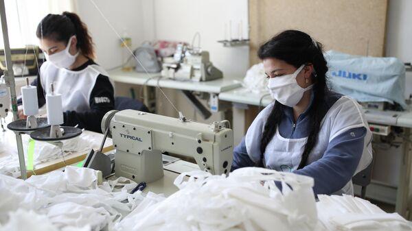 Волонтеры фонда Вольное дело изготавливают многоразовые медицинские маски в городе Усть-Лабинск Краснодарского края