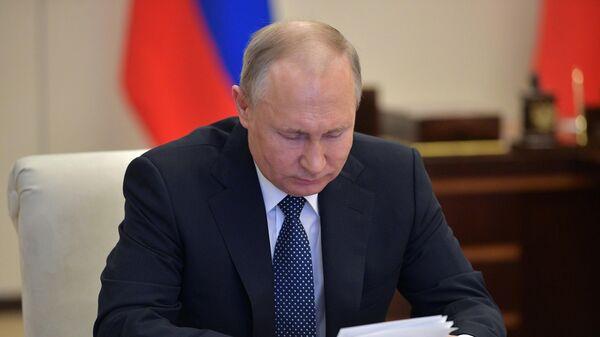 Владимир Путин проводит в режиме видеоконференции совещание с экспертами по вопросам развития ситуации с коронавирусной инфекцией и мерам по её профилактике