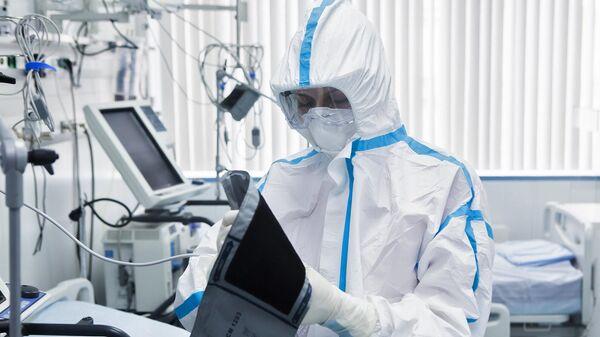 Врач в костюме биозащиты в палате перепрофилированного корпуса центра им М.И. Сеченова