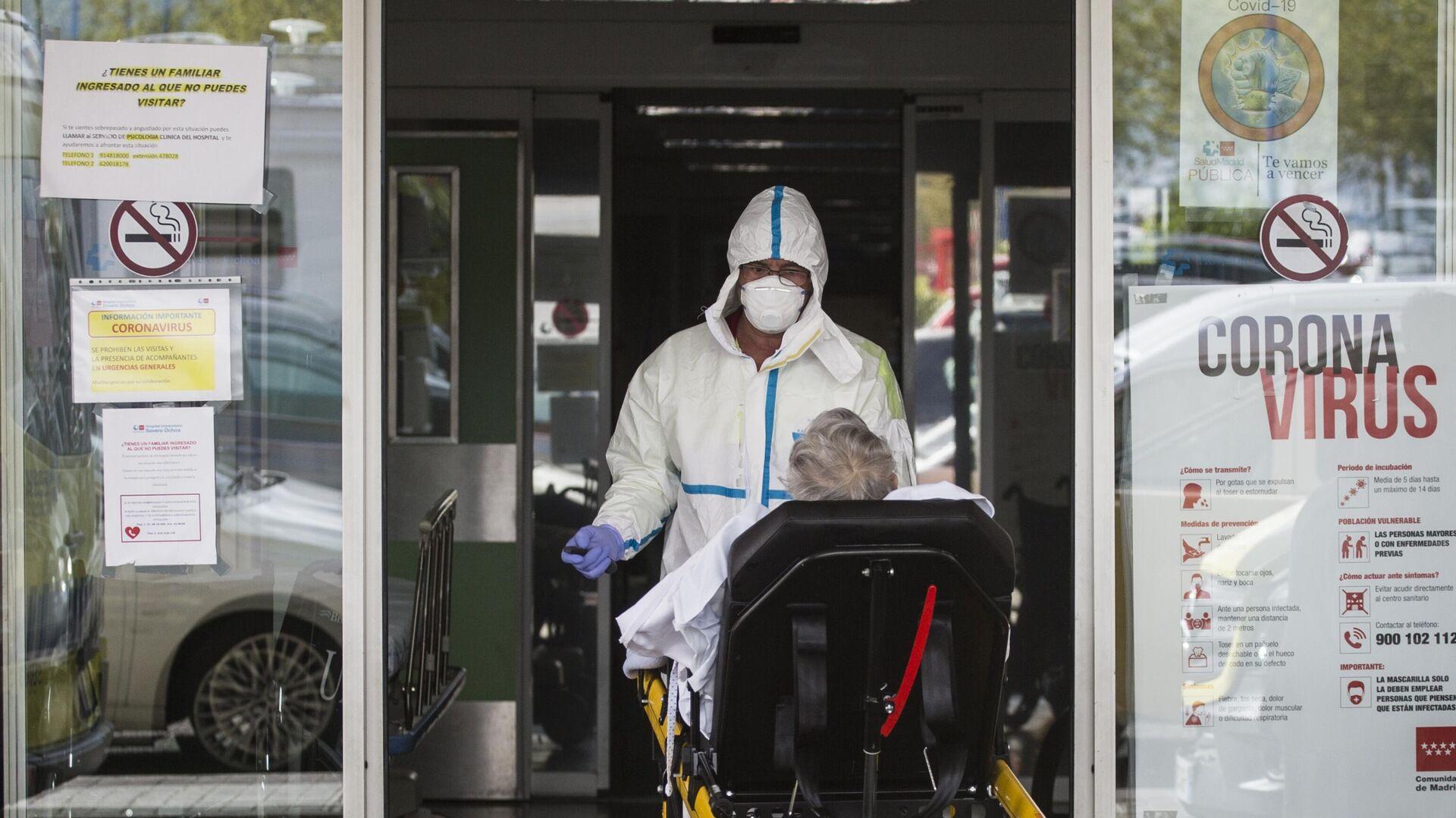 Медицинской работник доставляет пациента на каталке в приемное отделение госпиталя Северо Очоа в Мадриде - РИА Новости, 1920, 26.10.2020