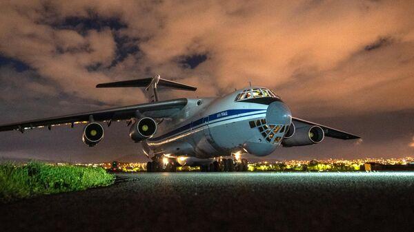 Военно-транспортный самолет ВКС России Ил-76 МД с российскими военными медиками, прибывшими в Армению для помощи в борьбе с коронавирусом