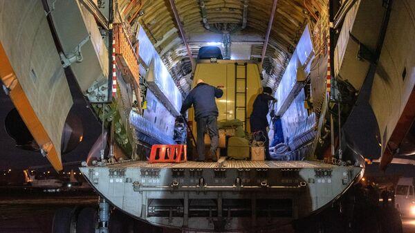 Военно-транспортный самолет ВКС России Ил-76 МД с российскими военными медиками, прибывшими в Армению для помощи в борьбе с коронавирусом, разгружается в аэропорту Эребуни