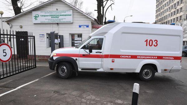 Машина скорой медицинской помощи у въезда на территорию Городской клинической инфекционной больницы в Минск