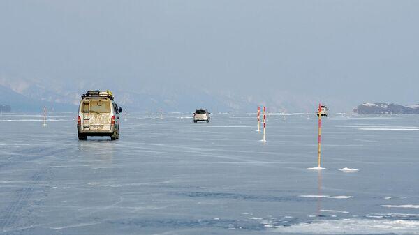 Автомобили на переправе по льду